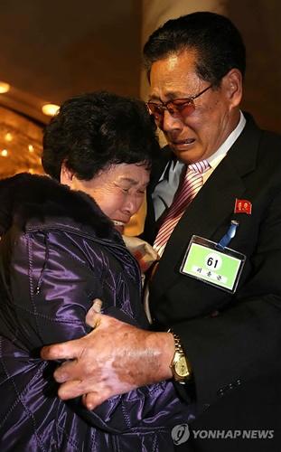 Bà Lee Sun-hyang, một phụ nữ Hàn 88 tuổi, và em trai Lee Yun-geun, 72 tuổi sống ở Triều Tiên. Ảnh: Yonhap