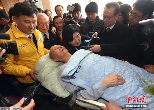 Một cụ ông Hàn Quốc 91 tuổi phải nằm cáng nhưng vẫn đến kiểm tra sức khỏe để được đoàn tụ thân nhân. Ảnh: Chinanews