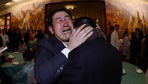 Ông Park Yang Gon, 53 tuổi, người Hàn Quốc (phải) khóc nức nở khi gặp em trai Park Yang Su. Ảnh: REUTERS