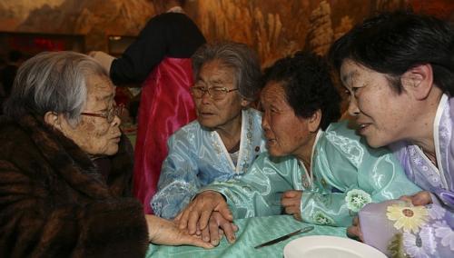 Bà Kim Sung Yun (người Hàn Quốc, 96 tuổi, trái) và em gái Kim Seok Ryeo (80 tuổi, ở Triều Tiên, thứ hai từ trái sang). Ảnh: REUTERS
