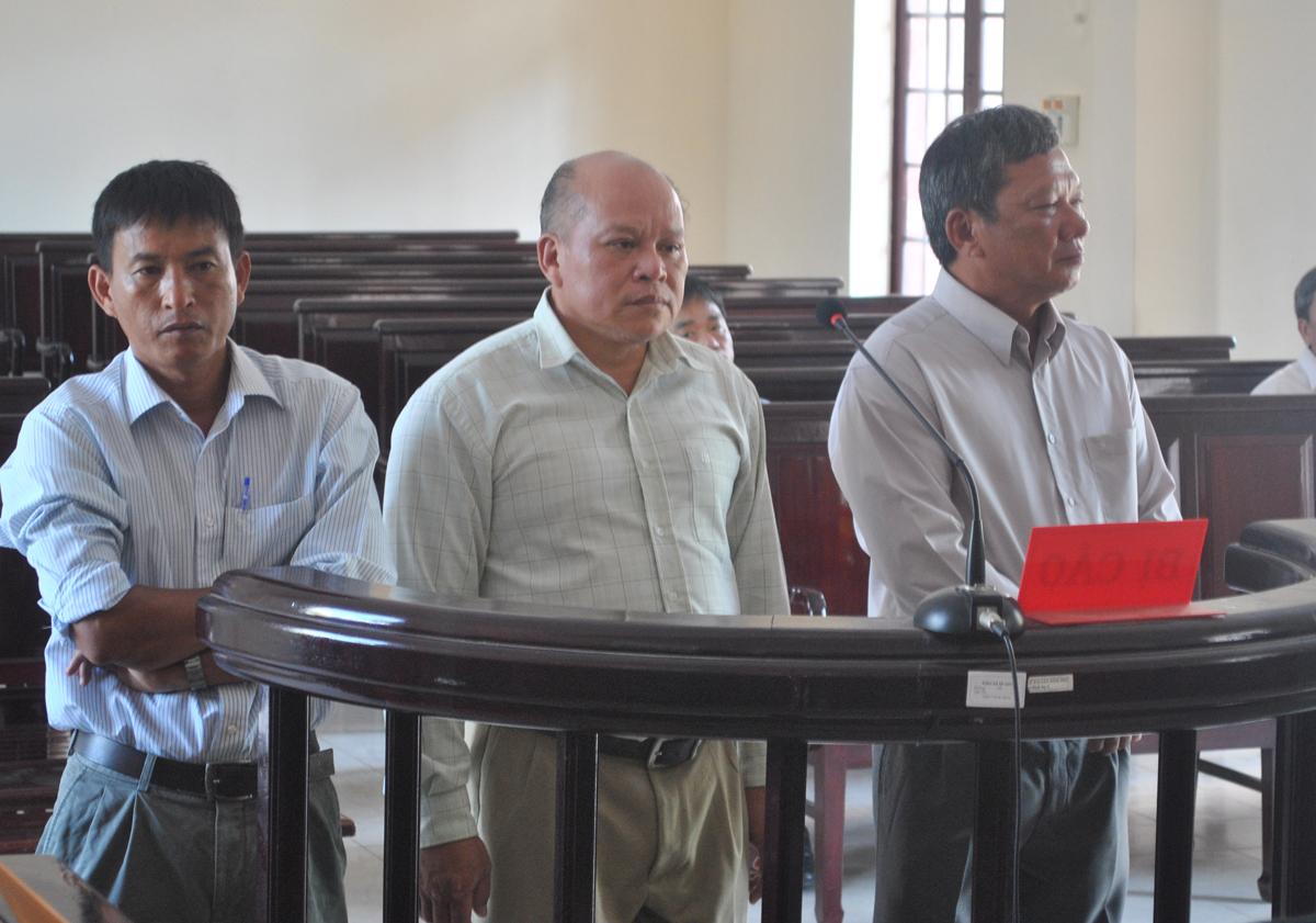 Các bị cáo Hoàng Anh Linh, Lê Minh Huy Hoàng và Trần Văn Mười (từ trái qua phải) tại phiên tòa sơ thẩm sáng 10-4