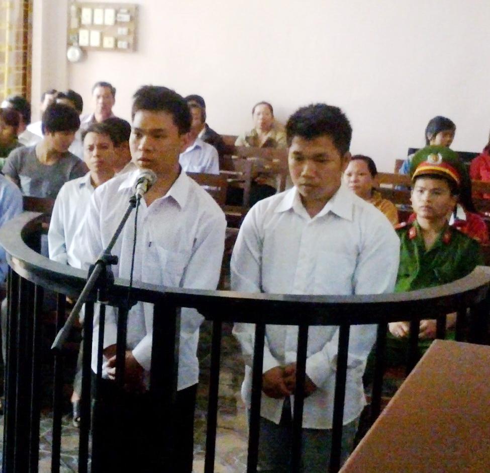 Tạ Minh Hoàng (bên trái) và Ngô Minh Trung tại phiên tòa.