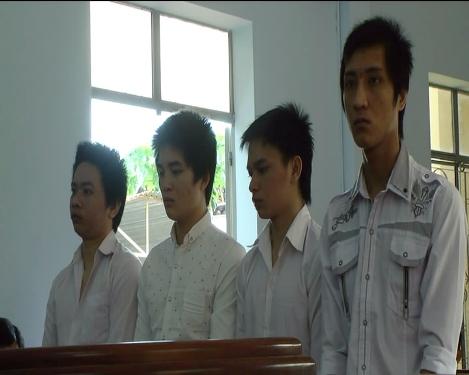 Bốn bị cáo Thắng, Vương, Đức Thành (từ trái qua phải) bị phạt tù về tội hiếp dâm, không tố giác tội phạm