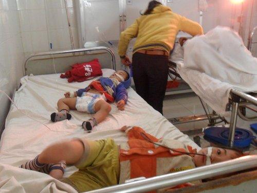 Ba mẹ con chị Dần đang cấp cứu tại Bệnh viện Đa khoa tỉnh Đắk Lắk