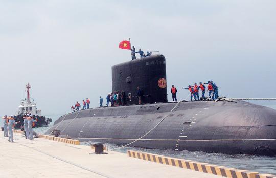 Cán bộ, thủy thủ kíp Tàu ngầm TP Hồ Chí Minh đang làm dây an toàn cho tàu tại cầu cảng