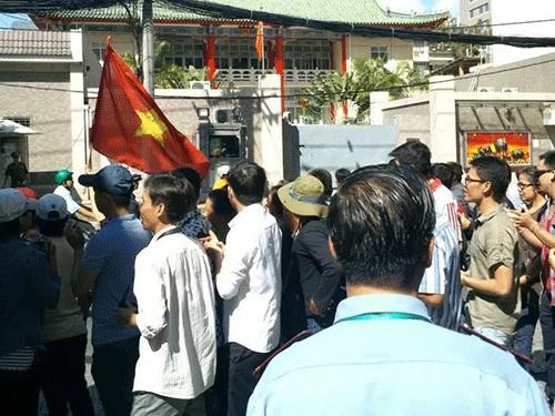 Người dân TP HCM phản đối ôn hòa trước Tổng Lãnh sự quán Trung Quốc sáng 10-5. Ảnh: Lê Minh Hạ