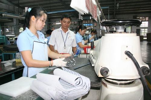 Môi trường doanh nghiệp tốt sẽ giúp người lao động nâng cao ý thức chấp hành pháp luật. Trong ảnh: Công nhân Công ty Samho đang sản xuất. Ảnh: Vĩnh Tùng