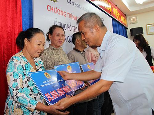Ông Đặng Ngọc Tùng, Chủ tịch Tổng LĐLĐ Việt Nam, trao tiền hỗ trợ cho thân nhân các ngư dân gặp nạn