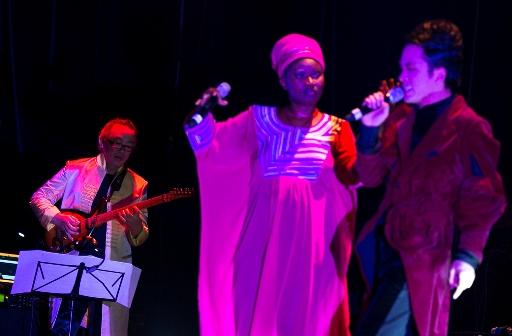 """Tùng Dương (bìa phải) song ca với nghệ sĩ gốc Senegal - Julia Sarr trong đêm trình diễn """"Độc đạo"""" tại Hà Nội"""