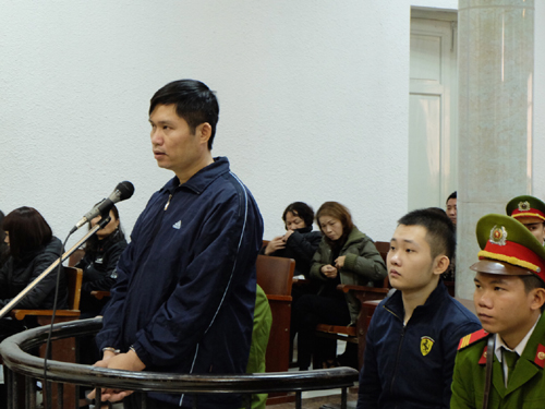 Nguyễn Mạnh Tường (đứng) bị để nghị 17-19 năm tù, Đào Quang Khánh (ngồi sau Tường) bị đề nghị 48-60 tháng tù