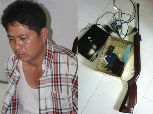 """Nguyễn Trọng Ngôn, tức Tý """"điên"""", và một phần tang vật của vụ án lúc bị bắt. Ảnh do cơ quan công an cung cấp"""
