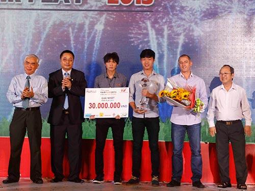 HLV Graechen (thứ hai từ phải sang), trung vệ Đông Triều và tiền vệ Tuấn Anh thay mặt đội tuyển U19 nhận giải nhất cuộc bầu chọn. Ảnh: ĐỨC ANH