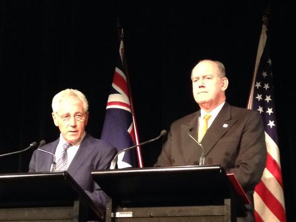 Bộ trưởng Quốc phòng Mỹ Chuck Hagel và người đồng cấp Úc David Johnston ở Sydney. Ảnh: scoopnest.com