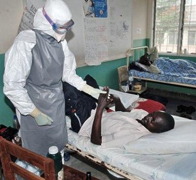 Nhân viên y tế chăm sóc cho bệnh nhân nhiễm Ebola ở Tây Phi