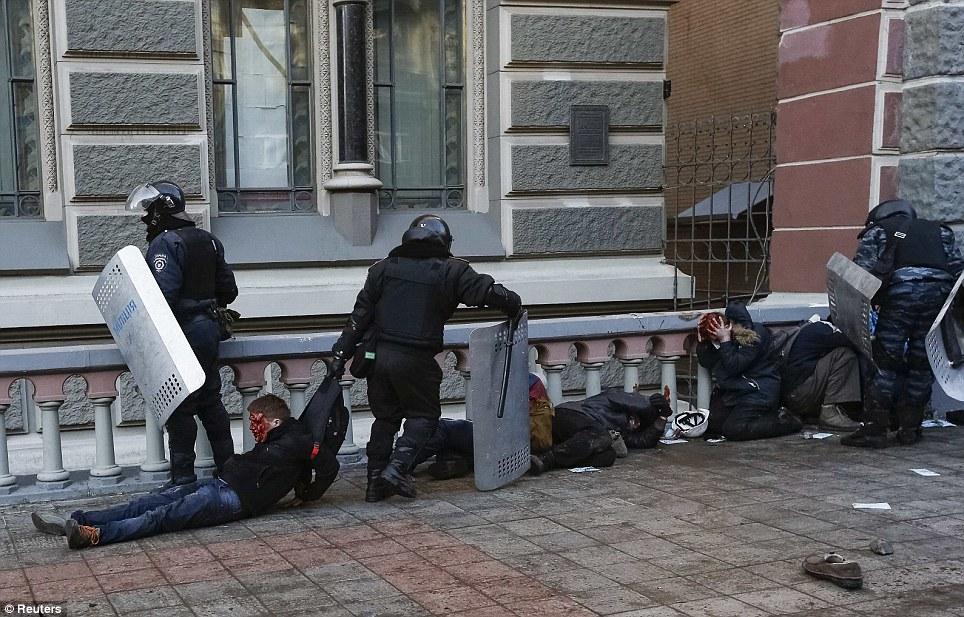 Người biểu tình bị thương, Ảnh: EPA