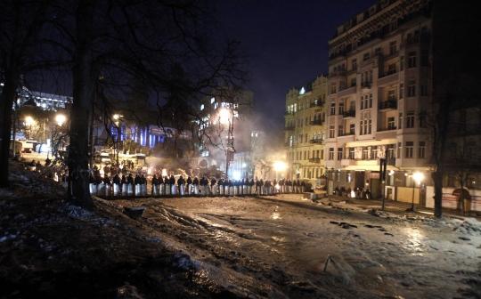 Cảnh sát chống bạo động dựng rào chắn ở Kiev đêm 3-2. Ảnh: Reuters