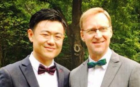 Tổng lãnh sự Anh Brian Davidson (phải) đã tổ chức lễ cưới ấm cúng cùng bạn trai người Mỹ Scott Chang. Ảnh: Weibo
