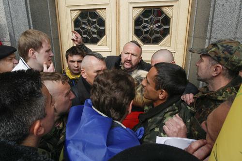Thành viên đơn vị lực lượng tự vệ Maidan ngăn người biểu tình tiến vào tòa nhà quốc hội ở Kiev. Ảnh: Reuters