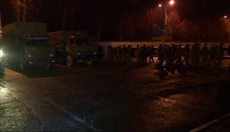 Nhóm tay súng đến sân bay Symferopol trong đêm. Ảnh: RT