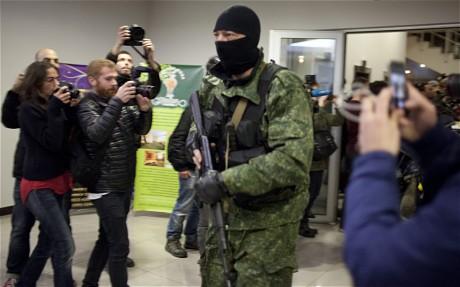 Các tay súng bên trong khách sạn Moscow... Ảnh: Telegraph