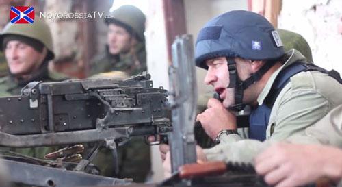Bộ Nội vụ Ukraine khởi tố và truy nã diễn viên Nga Mikhail Porechenkov (bìa phải) do du lịch đến Donetsk, dùng súng máy của quân ly khai bắn vào lực lượng an ninh UkraineẢnh: SEGODNYA