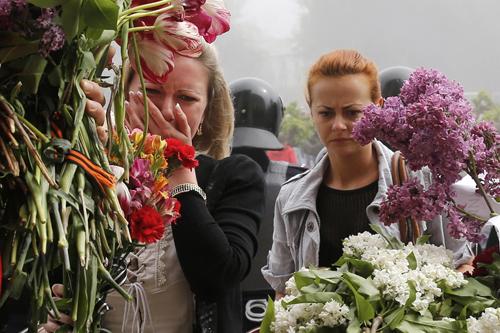 Mang hoa tưởng niệm người đã chết. Ảnh: Reuters