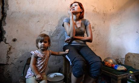 Mẹ con người Ukraine trong hầm trú bom ở Donetsk. Ảnh: AP