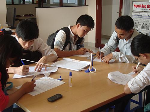 Ứng viên tìm việc tại Văn phòng Hỗ trợ Việc làm Báo Người Lao Động. Ảnh: CAO HƯỜNG