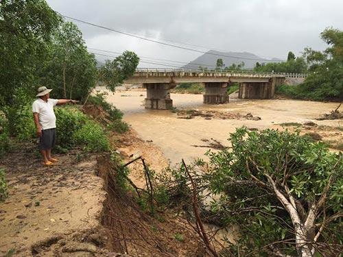 Bờ suối dài hàng trăm mét gần cầu Ngô La bị sạt lở nghiêm trọng