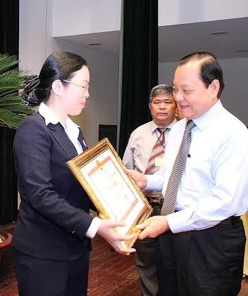 Bà Phan Thị Diệu Hoàng, Đảng ủỷ viên - Chánh Văn phòng Đảng ủy SATRA nhận bằng khen của UBND TP HCM tại Hội nghị tổng kết 5 năm thực hiện cuộc vận động Người Việt Nam ưu tiên dùng hàng Việt Nam trên địa bàn TP HCM