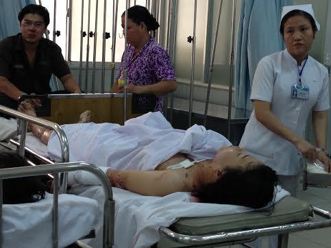 Các bác sĩ đang sơ cứu cho chị Trinh