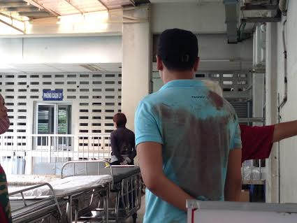 Người thân đưa chị Trinh vào viện với người đầy máu