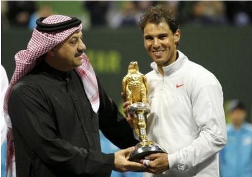 Nadal nhận cúp vô địch