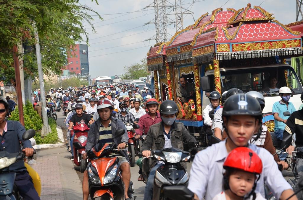 Giao thông ùn tắc nghiêm trọng trên đường Hồng Bàng (chiều từ vòng xoay Phú Lâm về cầu vượt Cây Gõ, phường 9, quận 6 – TP HCM).