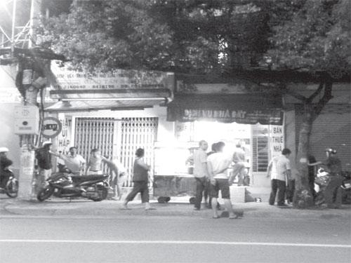 Hiện trường vụ đâm chém tại nhà 124 Hoàng Hoa Thám, quận Bình Thạnh. Ảnh: TÂN TIẾN