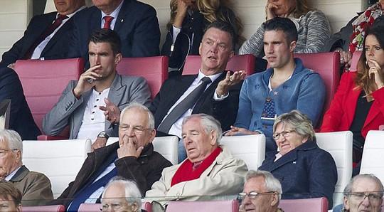 Ông Van Gaal và Van Persie cùng xem một trận đấu ở Hà Lan trong lúc đang nghỉ dưỡng thương