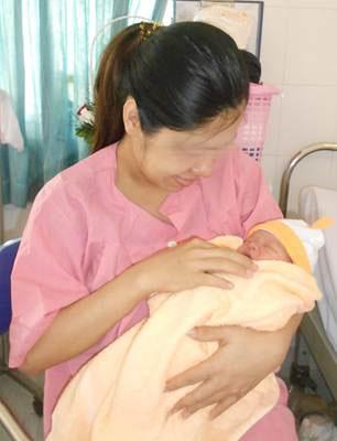 Niềm hạnh phúc của mẹ sau khi sinh con nhờ IVF Ảnh: V.H