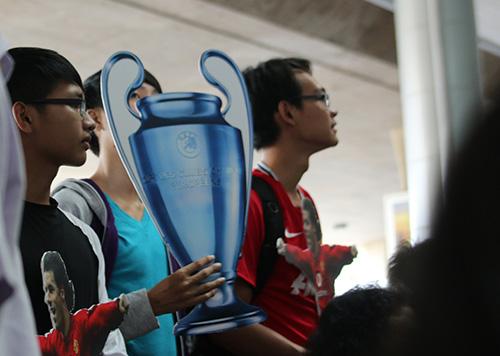 CDdV mang chiếc cúp UEFA bằng giấy để đónVan Nistelrooy