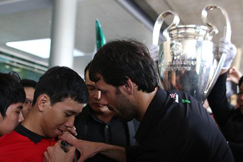 Một CĐV được Van Nistelrooytặng chữ ký lên áo