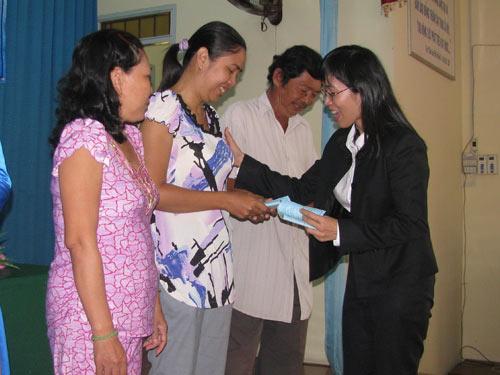 Bà Nguyễn Thị Hoàng Vân, Giám đốc Quỹ CEP trao vốn cho bà con nghèo tại huyện Cần Đước, tỉnh Long An