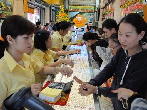 Mua bán vàng tại TP HCM chiều ngày 17-2. Ảnh: Hồng Thúy