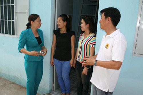 Cán bộ LĐLĐ quận Thủ Đức thăm hỏi công nhân khu lưu trú Công ty Vạn Thành