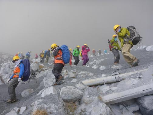 Tìm đường xuống núi khi nó bất ngờ phun trào. Ảnh: Reuters