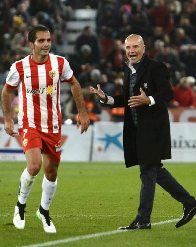 Antonio Verza ghi bàn cho Almeria
