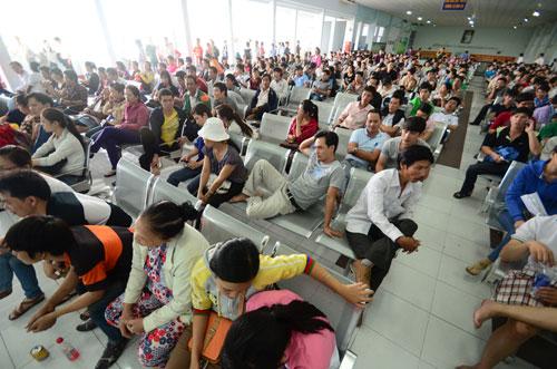 Chờ mua vé tàu tại ga Sài Gòn. Ảnh tư liệu