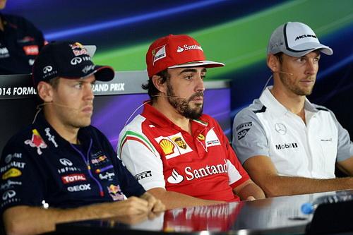 Vettel (trái) và Alonso (giữa) trước chặng đua cuối mùa 2014 tại UAE