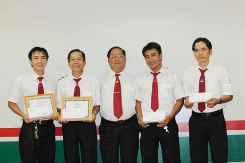 Ông Tạ Long Hỷ, Phó Tổng Giám đốc Vinasun (giữa), khen thưởng các tài xế trả lại tài sản cho khách