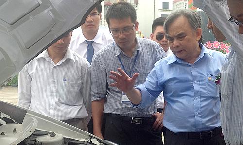 Ông Nguyễn Văn Huyên (áo xanh) từng viết tâm thư cầu cứu Thủ tướng vì tình hình doanh nghiệp quá khó khăn. Ảnh: Hoàng Tuấn