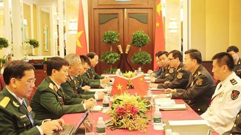 Thứ trưởng Bộ Quốc phòng Nguyễn Chí Vịnh gặp song phương Phó Tổng Tham mưu trưởng Quân đội TQ Vương Quán Trung. Ảnh: TTXVN