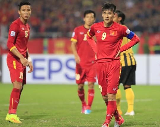 Công Vinh ngỡ ngàng trước những bàn thua tối 11-12. Ảnh: Quang Liêm